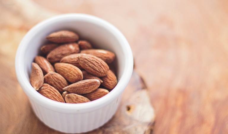 Healthy snack based on almonds